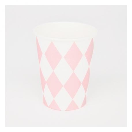 Vasos de papel con rombos blancos y rosas